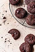 Double Chocolate Cookies mit Ingwer auf Abkühlgitter