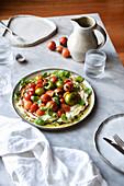 Tomatensalat mit roten und grünen Heirloom-Tomaten auf Ricotta