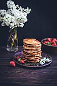 Ein Stapel Pancakes mit Ahornsirup