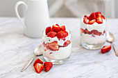 Dessert mit Erdbeeren und Schlagsahne