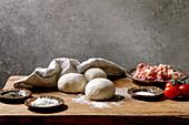 Teigkugeln und Zutaten für Pizza Napoli
