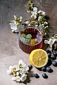 Drink mit Blaubeeren und Zitrone