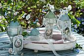 Kleine Sträuße aus Hornveilchen, Gänseblümchen und Vergißmeinnicht, Ostereier mit Spitzenband als Vasen, nostalgische Anhänger