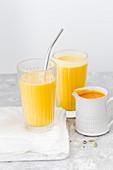 Mangosmoothie mit Joghurt und Kardamom