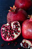 Granatäpfel, ganz und aufgebrochen