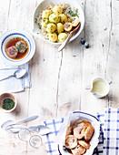 Apfelkücherl mit Vanillesauce, Fleischknödel mit Sauerkraut und Kaspressknödelsuppe