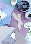 Samen verschicken: Samen von Akelei in Schalen, Briefumschläge und Etiketten