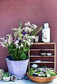 Frühsommer-Strauß aus Lupinen, Akelei, Gerste und Wiesenkümmel in Zinkeimer, Schale mit Blüten