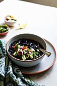 Schwarze Bohnen mit Avocado, Tomate, roten Zwiebeln und Koriander