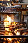 Ein T-Bone-Steak grillen