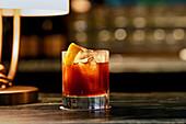 Guinness-Cocktail mit Eis und Orangenschale