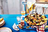 Nudel-Paella mit Muscheln und Garnelen