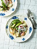 Pikantes Frühstück mit Räucherlachs, Avocado und pochiertem Ei