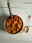Schweinefleisch mit Bohnen und Tomaten