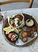 Falafel mit Pitabrot, Salsa und Dip