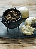 Fleisch-Potjiekos mit gedämpftem Brot (Südafrika)