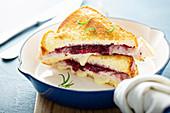 Gegrilltes Käsesandwich mit Pute, Provolone und Cranberrymarmelade