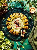 Weihnachtliches Zupfbrot mit Wurst mit gebackenem Camembert