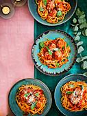 Spaghetti mit Tomatensauce und Putenbällchen