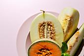 Verschiedene Melonen mit Minze