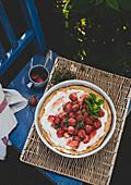 Pie mit gebackenen Erdbeeren auf Stuhl im Garten