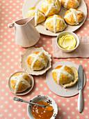 Hot cross buns (Britische Osterbrötchen)
