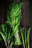 Rote-Bete-Blätter, Dill und grüner Spargel