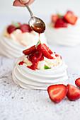 Baisernester mit Erdbeeren und Erdbeersauce