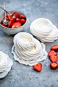 Zutaten für Baisernester: Baiserringe und Erdbeeren