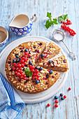 Kuchen mit Vollkornmehl, Mandeln und Sommerbeeren