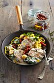 Hühnerbrust in Knoblauchsauce mit Tomaten, Spinat und Nudeln