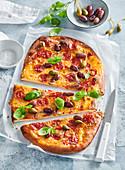 Selbst gemachte Pizza mit würziger Paprikawurst