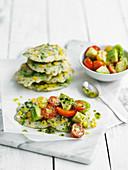 Maispuffer mit Avocado-Tomaten-Salat