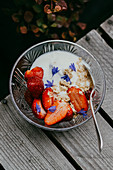 Erdbeeren mit Joghurt und Halva