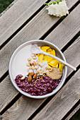 Lila Porridge mit Mango