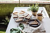 Rosmarinkuchen und ein Becher Tee auf Tisch