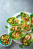 Salatschälchen mit Quinoa, Mais, Nektarinen-Chili-Salsa und Knoblauchgarnelen