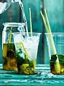 Soda mit Zitronengras und Kaffirlimettenblättern
