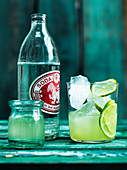 Soda mit Limette und Eiswürfeln