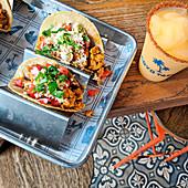 Tacos mit Fisch und Zitrus-Slaw und ein Glas Margarita, Miami, USA