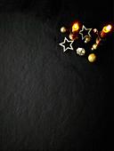 Weihnachtsdekoration mit Kerzen auf schwarzem Untergrund