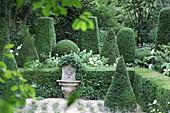 Formaler Garten mit Buchsbaum, Löwenbrunnen als Mittelpunkt, Jardin Agapanthe, Normandie, Frankreich