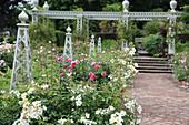 Rosengarten mit Stelen und Pergola aus Metall