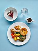 Hähnchenteile mit verschiedenen Beilagen, Dessert und Getränk