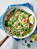 Spaghetti mit Zucchinistreifen und Knoblauchgarnelen