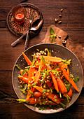 Möhrensalat mit Orange, Zimt und Pinienkernen