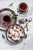 Vanille-Macarons zum Tee