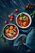 Vegane Tomatensuppe mit Reis, Soja-'Hackbällchen' und Cashewsahne