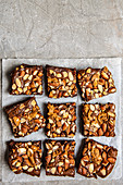Dunkle Schokoladen-Brownies mit Nüssen