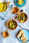 Meeresfrüchte-Curry mit Vollkornfladen, Kurkuma-Reis und Bier